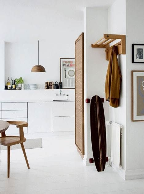 At der ikke kræves masser af loppefund og nips til at skabe et personligt hjem, beviser Mette og Kim med indretningen af deres treværelses lejlighed på Frederiksberg. Her er stilen stram, minimalistisk og grafisk – på en helt unik og hyggelig måde.