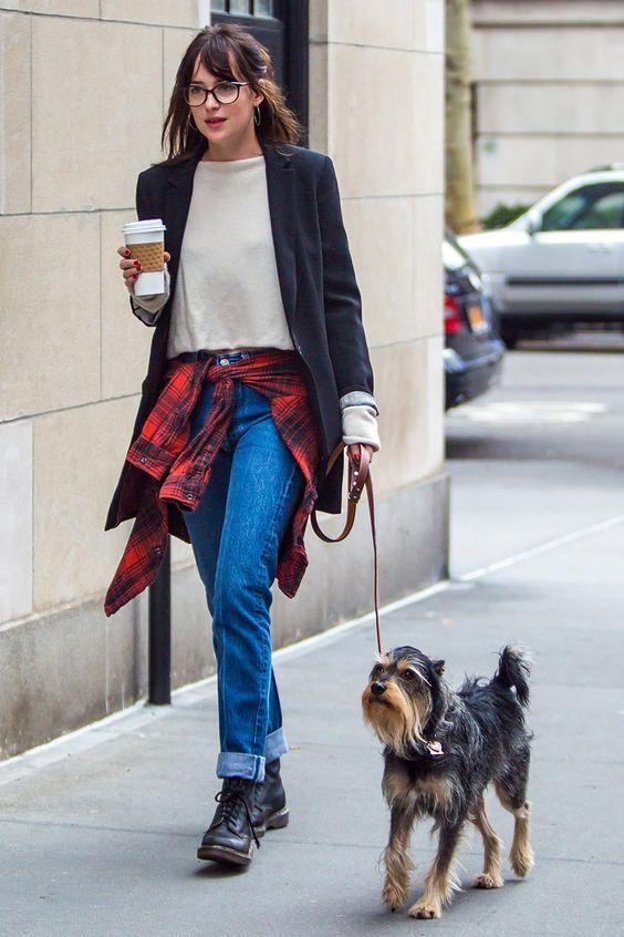 blazer preto, blusa cinza, calça jeans, casaco xadrez amarrado na cintura