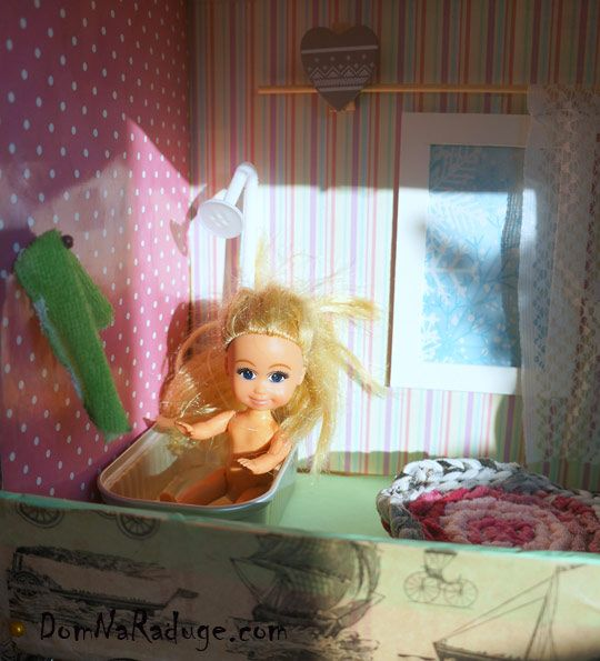 самодельный кукольный домик из картона - ванная
