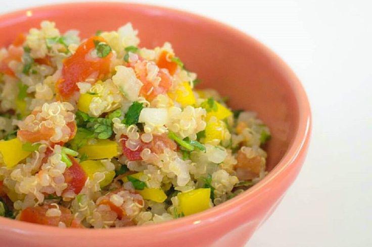 L'insalata di quinoa è un piatto estivo fresco e leggero: bastano pochi ingredienti per realizzare una ricetta nutriente e in più priva di glutine. Un primo piatto colorato e ricco di gusto.