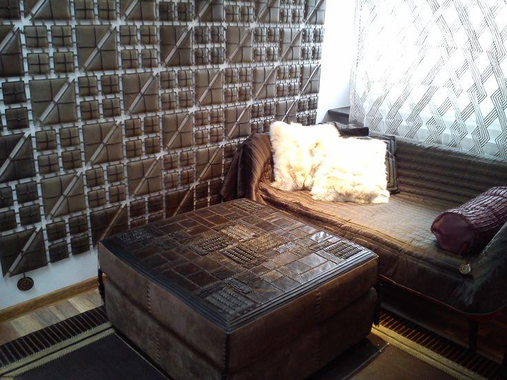 Nasza ulubiona otomana Meadow w roli stolika kawowego, dywany Revenge i Quadrango oraz futrzane i skórzane poduchy - doskonale wypełniają aranżację wnętrza In Situ! W takim kącie nasi klienci wybierają dekoracje. Ażurowe wykonanie dekoracji, pozwala na zawieszenie dywanów na ścianie! Polecamy jako ozdoba, przepierzenie lub zagłówek łoża! In Situ, Powsińska 20A Warszawa.