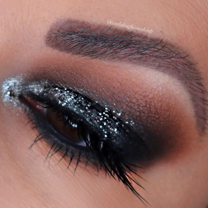 Another #festive #motd that can go straight into New Years Eve... a #blacksmokeyeye with #glitter ✨✨🖤🖤 For this #makeuplook I used the #morphexjaclynhill palette with shades Silk Cream and Mocha in the crease with the black #sephora Colorful Shadow & Liner as a base on the lid topped with Abyss. For the glitter, I topped the lid with the #urbandecay Glam Rock Heavy Metal liner. Inner corner is #jouercosmetics Skinny Dip palette in the shade Star Light.