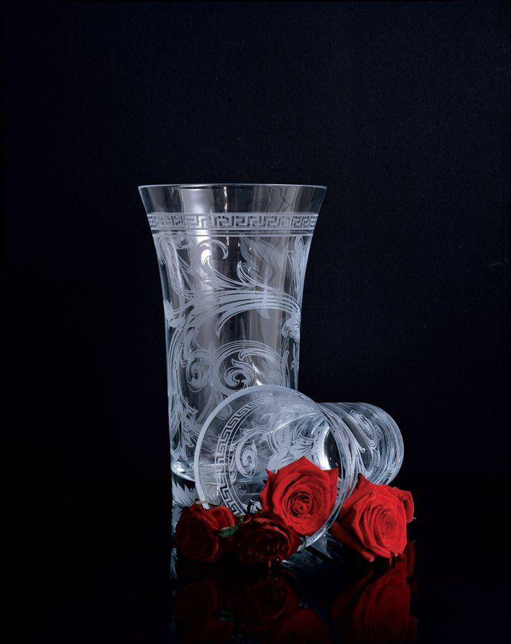 VERSACE ARABESQUE. Exclusiva y glamorosa creación que expresa el puro amor de la vida. La elegancia del diseño oriental se une en armonía y refinada transparencia. Encuéntralo en nuestro website http://bit.ly/1JwLVQk