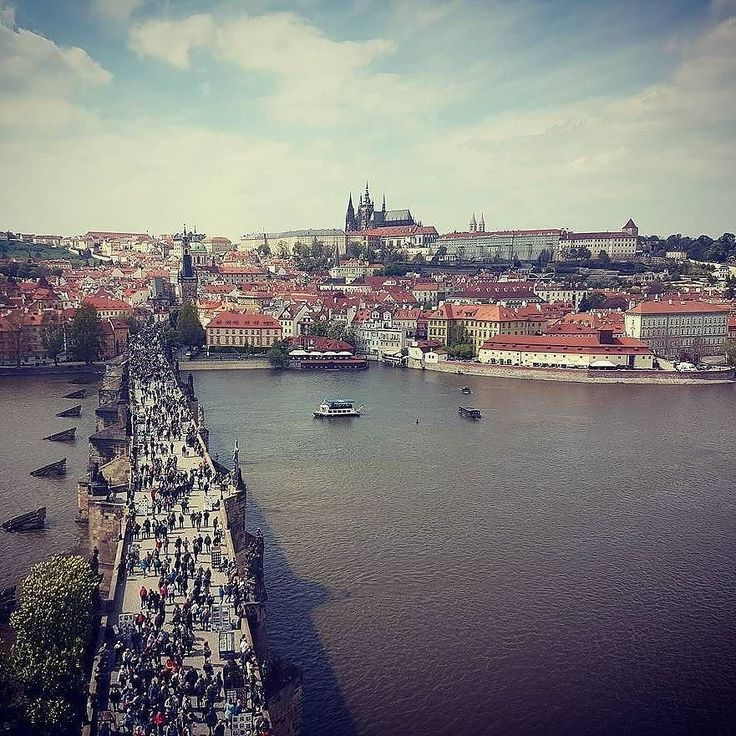 #Repost @travelnature24  #praha #karlsbrücke #czech #view #travel  Photo by travelnature24