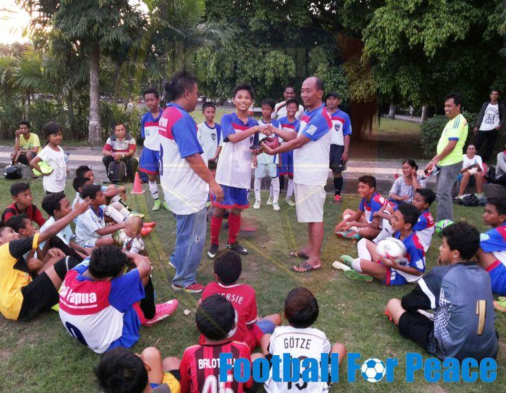 Uni Papua Fc Bali Penyerahan Hadiah Sepatu Sepakbola kepada anak-anak berprestasi  http://unipapua.net/berita/uni-papua-fc-bali-penyerahan-hadiah-kepada-anak-berprestasi/ #Unipapua