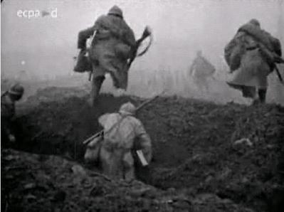 Soldats français filmés lors de la bataille de la Somme 1916, laissant leur tranchée et le cap en terres no-mans.