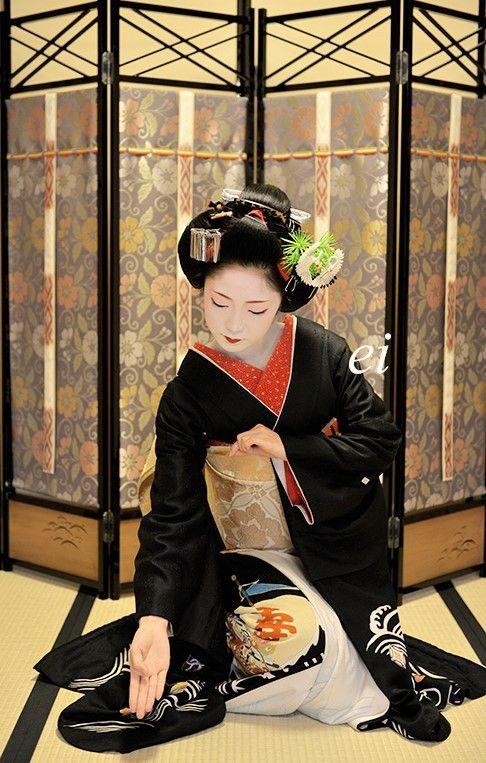 "Maiko. Her name is Toshikana. She is dancing Japanese traditional dance ""Black hair (Kurokami)"".Part 3 #japan #kyoto #geisha #kimono #Culture #orient"