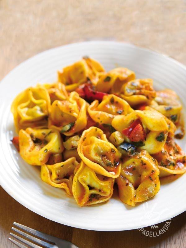 In pochissimo tempo i gustosi Tortellini con melanzane, peperoni e zucchine, a base di fresche verdure di stagione, saranno sulla vostra tavola! #tortellinimelanzana