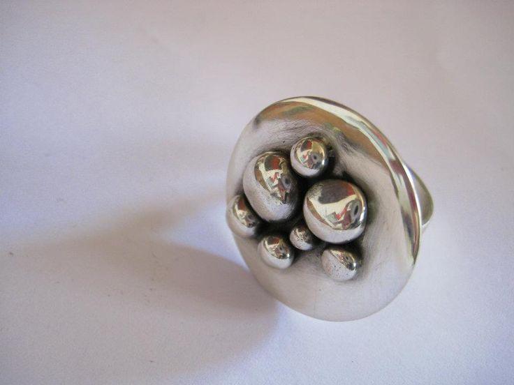 Anillo de plata hecho a mano por Orfebrería de la Cruz