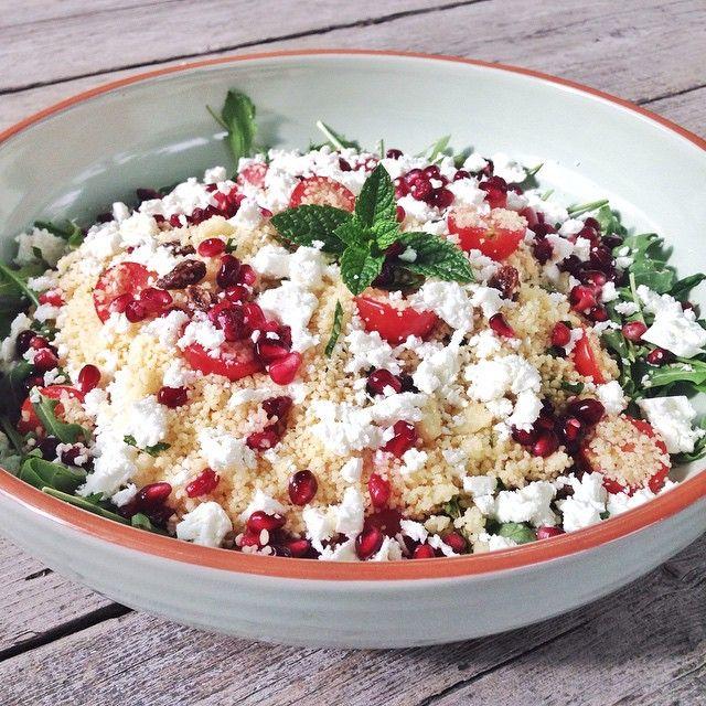 """Aan taaafel!!! Ik heb de salade die ik afgelopen weekend op het strand heb gegeten geprobeerd na te maken (alleen de frambozen vervangen door granaatappelpitjes), en ik moet zeggen: """"yum"""" ! Fijne avond!"""