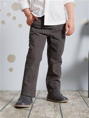 Le pantalon droit délicatement rayé pour un esprit à la fois chic et décontracté ! Taille ajustable par élastiques et boutons intérieurs Fermeture zip