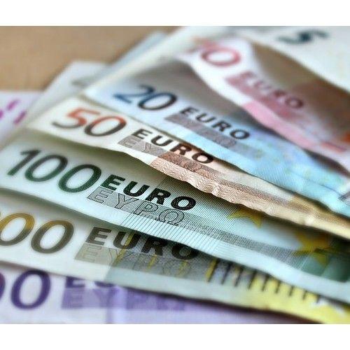 Valutahandel har blitt mer og mer populært i de siste 10 årene. Med et valutamarked som er åpent 24 timer i døgnet er det ikke rart at investorer over hele verden flokker til for å investere. Ettersom valutaverdier fluktuerer mye er det mulig å tjene mye penger på å investere i valuta, men det er også mulig å tape mye. Å investere i valuta har sine fordeler og ulemper. Før vi tar en kikk på fordeler og ulemper ser vi litt nærmere på finansielle instrumenter du kan bruke for å investere i…