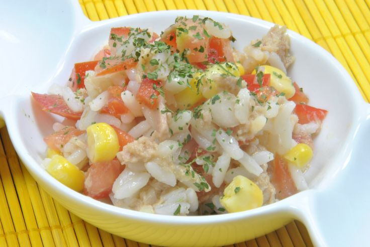 Ensalada de arroz fría, con atún y vegetales --> Cold rice salad with tuna fish and vegetables