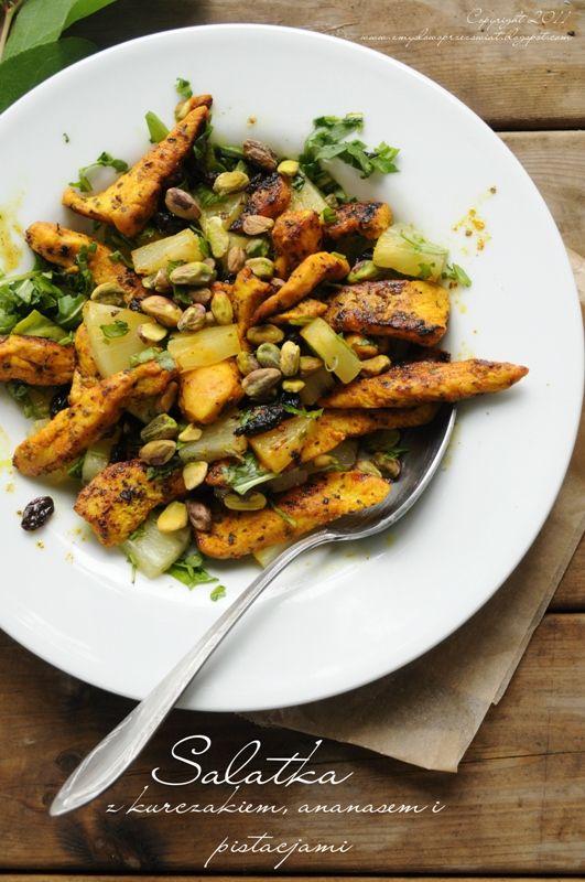 Lekka sałatka z kurczakiem, ananasem i pistacjami.