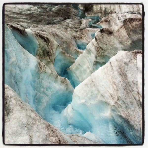 suisse : En été la glace fond et des torrents viennent alors creuser le Glacier d'Aletsch sur Babel Voyages