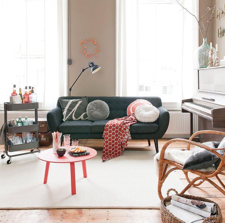 Sala com decoração escandinava - Revista Westwing  cor da parede + sofá escuro + piso de madeira rústico = <3