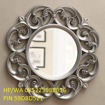 Cermin Pigura Ukir Duco Kayu Mahoni ini adalah pigura yang bermotif ukiran yang sangat bagus karena dikerjakan oleh jasa ukir yang profesional.
