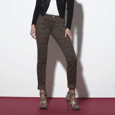 Benadruk het dierlijke kantje in uzelf met deze broek van MORGAN, die zijn persoonlijkheid benadrukt met een hypertrendy luipaardprint en goldkleurige accenten.