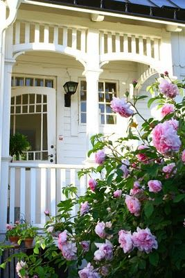 vackra rosor I Sweden  Wish my front porch looks like this!
