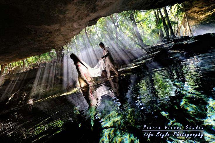 Trash the dress in a cenote; Playa del Carmen (foto: Pierre Violle)
