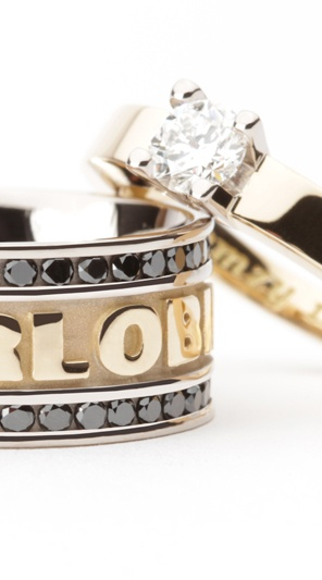 Geelgouden trouwringen met zwarte diamanten en tekst.