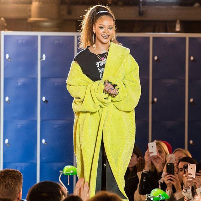 """#Rihanna se inspirou nos uniformes de universidades para esta temporada da @fentyxpuma que foi apresentada na Biblioteca Nacional de Paris. Moletons oversized muito xadrez cores fluo e conjuntos de corrida em versão """"pelúcia"""" foram alguns dos destaques da coleção  tudo com muito sex appeal claro. Nenhuma dúvida de que as peças vão mais uma vez ser hit absoluto! #LOFFama #pfw #fentyxpuma  via L'OFFICIEL BRASIL MAGAZINE INSTAGRAM - Fashion Campaigns  Haute Couture  Advertising  Editorial…"""