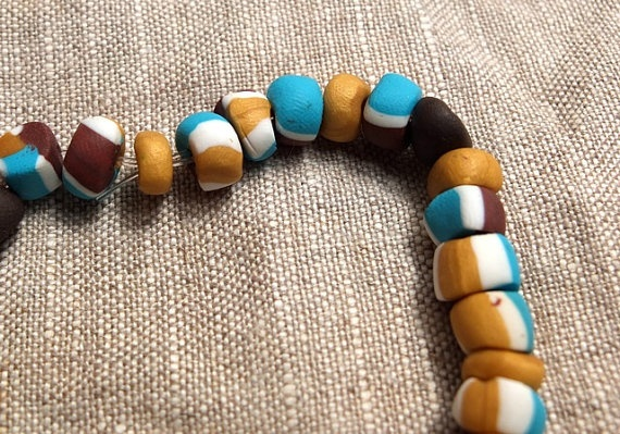 This unique bracelet consists of beads that are joined between each other to make it elastic and admirable. You can wear this on a every day for a classy look. It is also combined with a few coffee imitations for a elegant touch. For a even more astonishing look get the tricolor earrings or the tricolor linked bracelet to have a complete look that have the same style suitable for any age females.