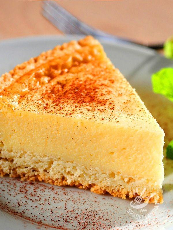 La Torta alla ricotta, zafferano e cannella è un dolce da forno profumatissimo, dagli aromi orientali che si diffondono per la casa quando lo preparate! #tortadiricotta #tortaallozafferano