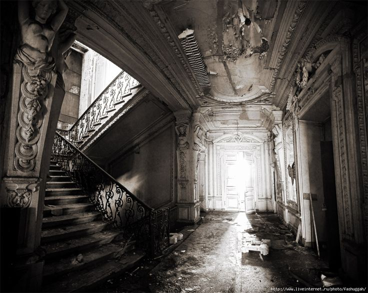 Abandoned mansion in Saint Petersburg - Photograph by fashuggah