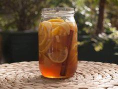 Zencefil Bal Limon Şurubu - Fügen Büke #yemekmutfak.com Bir Kore içeceği olan ballı, limonlu ve zencefilli şurup son derece lezzetli ve özellikle soğuk algınlığına, gribe karşı çok etkili bir içecektir. Soğuklarda bu şurubu hazırlayıp buzdolabında bulundurun. Hem keyifle sıcak şurubunuzu yudumlayıp, hem de bağışıklık sisteminizi güçlendirir ve sağlıklı bir kış geçirirsiniz.