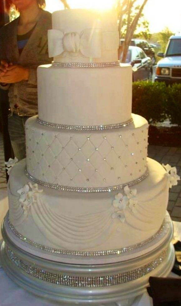 Sparkle wedding cake :) <3 fancy!!! Depends on venue we choose