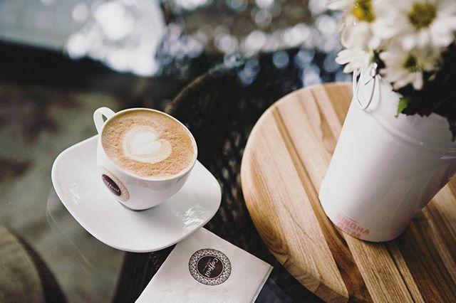 Asa se incepe o zi de vineri ☕ Miroase a weekend, soare, flori si cappuccino ❤ #coffeolove
