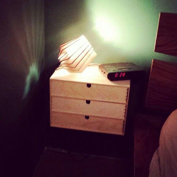 Moppe (Ikea) als nachtkastje met lamp van Tjalle en Jasper