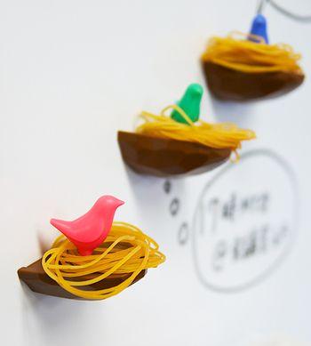 生活感が出てしまいがちなところは、見せる収納でオシャレにアレンジ。こちらの輪ゴムホルダーは、輪ゴムをかけるとまるで鳥の巣のように!質感を上手く利用するアイデアが素敵です。レッド・グリーン・ブルーからお好みの鳥さんを選べます。