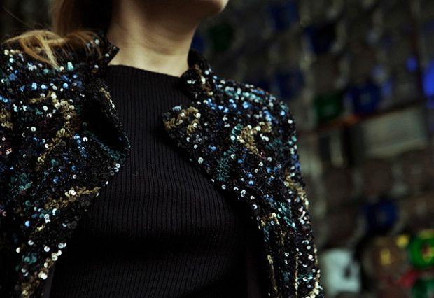 Chaqueta de lentejuelas multicolor de Zadig&Voltaire y jersey negro de Maje; bolso de piel y tachuelas negras de pincho de Carolina Herrera; Sandalias de tiras trenzadas negras de Aquazzura; Leggins de cuero de Comptoir des Cotonniers.