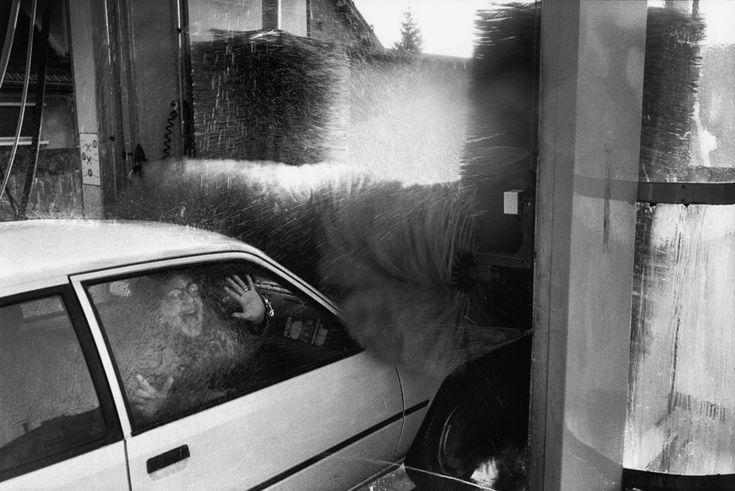 Vi a esta pobre mujer encerrada en un coche justo en el momento en que los enormes rodillos de la máquina de lavado de las afueras de París iban a tragarse el vehículo. Me resultaba familiar. De hecho, era mi esposa. -Richard Kalvar