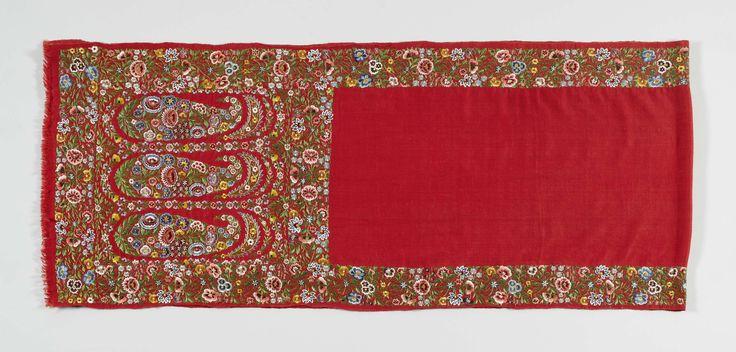 Anonymous | Rechthoekige sjaal van rode zijde met een smalle geborduurde veelkleurige bloemen rand en doorgewerkte palmetten aan de uiteinden, waarbinnen drie geborduurde staande bota's, Anonymous, before 1888 | Rechthoekige sjaal van rode zijde met een smalle geborduurde veelkleurige bloemen rand en doorgewerkte palmetten aan de uiteinden, waarbinnen drie geborduurde staande bota's.