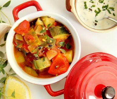 Ratatouille med vitlökscrème är en färgstark, varm, krämig och smakrik grönsaksröra som passar utmärkt till grillat eller stekt kött, fisk eller skaldjur.