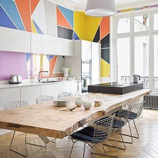 La geometría y el color transforman un clásico apartamento parisino a cargo del interiorista Alireza Razavi. ¿Quieres ver mas? La metamorfosis completa en el nuevo numero de #ADSpain Septiembre. Foto: Stephan Julliard. #ArchitecturalDigest #RevistaAD