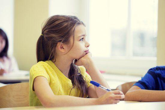 Boek 'Wiebelen en friemelen in de klas'. Kan je kind niet stilzitten in de klas? Of droomt hij juist vaak weg? Dan is je kind waarschijnlijk over- of onderprikkelt zeggen pedagogen Carmen Lamp en Monique Thoonsen in hun boek 'Wiebelen en friemelen in de klas'.
