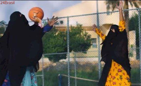 Vídeo com mulheres dançando e jogando basquete de véu viraliza e gera polêmica na Arábia Saudita. Assista