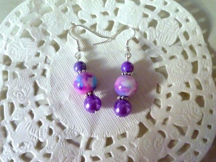 Bijoux fantaisie : boucles d'oreille perle marbrée violette, bleue et blanche et perles de verre nacrées violettes : Boucles d'oreille par la-boutique-de-nath
