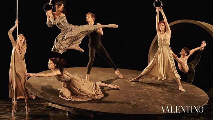Рекламная кампания: Valentino осень-зима 2016-2017 Модели: Карен Элсон (Karen Elson), Джулия Нобис (Julia Nobis), Кэтлин Аас (Katlin Aas), Джейми Буше (Jamie Bochert) Фотограф: Стивен Мейзел (Steven Meisel)
