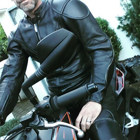 Starting the day with a ride in leather #Anzug #rubberwear #rubberpants #rubbermen #elegance #success #suit #men #Männer #gaycouples #gay #motivation #leatherpants  #men #Männerliebe #love #Latexhose #gummi #Latex #fetishmodel #career #Karriere #Boss #fame #businesssuit #erfolg #erfolgreich #businessman #leatherpants