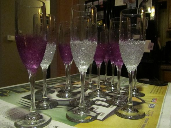 Bridal party champagne flutes :  wedding champagne glasses glitter Thinking of doing this Pink for the girls and Black for the boys