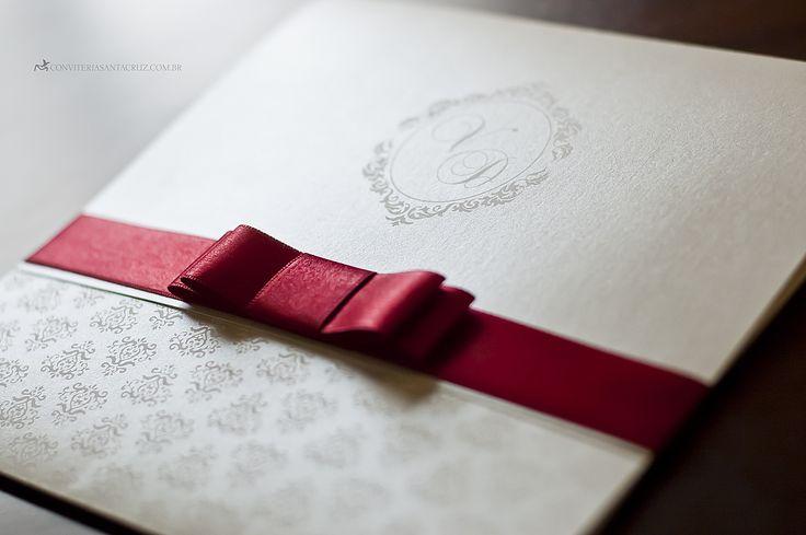 Os detalhes deste convite de 15 anos emprestam elegância e sofisticação ao conjunto.