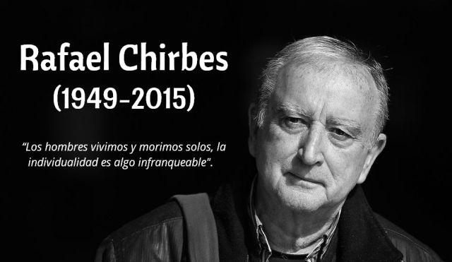 El escritor valenciano Rafael Chirbes falleció el sábado 15 de agosto a los 66 años de edad, víctima de un cáncer de pulmón. Chirbes, Premio Nacional de Narrativa y Premio de la Crítica por «En la orilla» (2013), deja huérfana a una novela empeñada en dar testimonio de su tiempo y en denunciar sus perversiones.