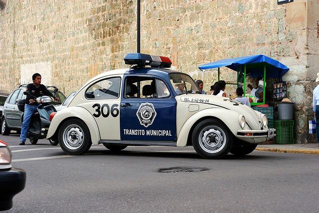 """VW Käfer als mexikanischer Streifenwagen. Ich vermute, """"Transito Municipal"""" heißt """"Verkehrspolizei""""."""