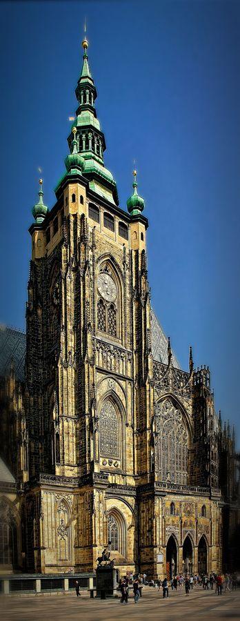 La catedral de San Vito es un templo dedicado al culto católico situado en la ciudad de Praga. Forma parte del conjunto artístico monumental del Castillo de Praga y es la mayor muestra del Arte gótico de la ciudad.Catedral de Praga. República Checa. Es de estilo gótico.