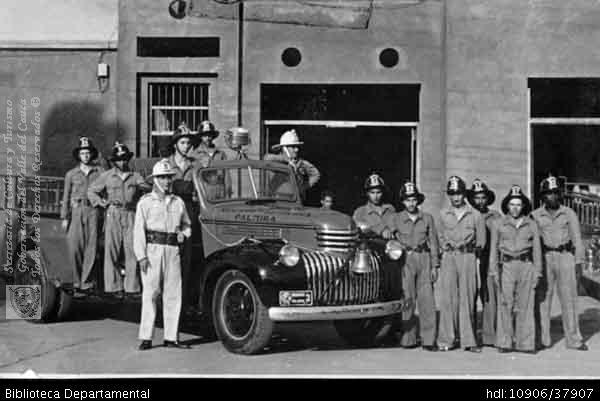 Biblioteca Departamental Jorge Garces Borrero y LUIS ALFREDO DURAN. Cuerpo de bomberos de Palmira en 1945, con el uniforme y vehículo de la época y PALMIRA: Biblioteca Departamental Jorge Garces Borrero, 1945. 13X8.